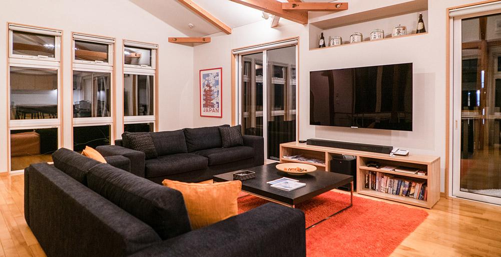 Casi67 East - Living room with flatscreen TV