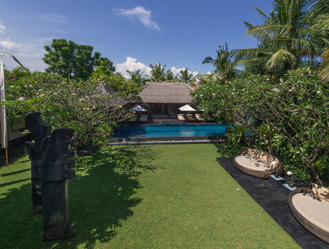 Villa Ramadewa - Lawn and pool