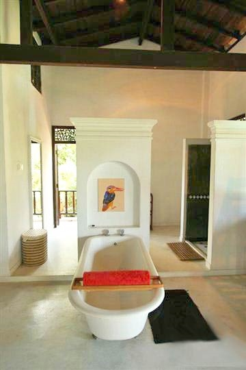 Tub - Master Bathroom - Mandalay Lake Villa, Habaraduwa-Koggala, South Coast